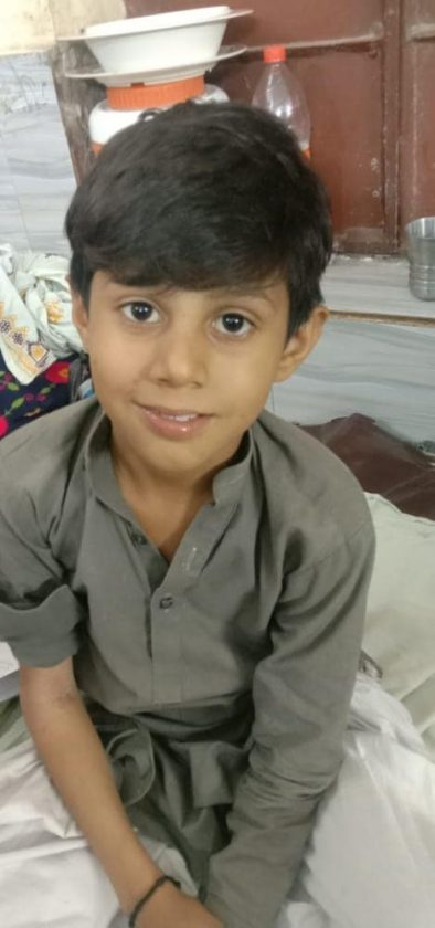 This child Sagar Ali is suffering from a dangerous disease like blood cancer. His father Ghulam Abbas had died a long time ago due to electric shock.